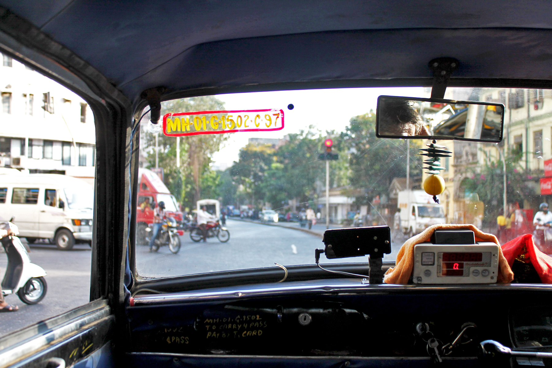 ayesha dhurue photography mumbai street taxi driver india photos travel mumbai marine drive  (1)